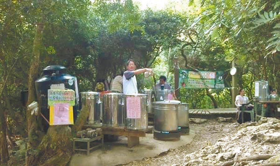 賴桑過去在柴山盤榕親自煮茶、奉茶的身影。(賴順生提供)