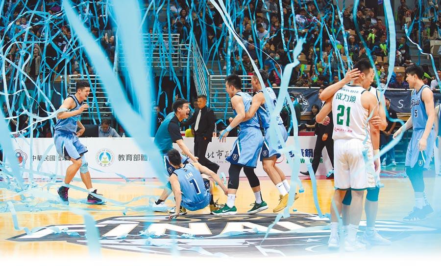 富邦勇士4連勝橫掃台啤,在藍色彩帶中歡慶隊史首座SBL總冠軍。(中華籃協提供)