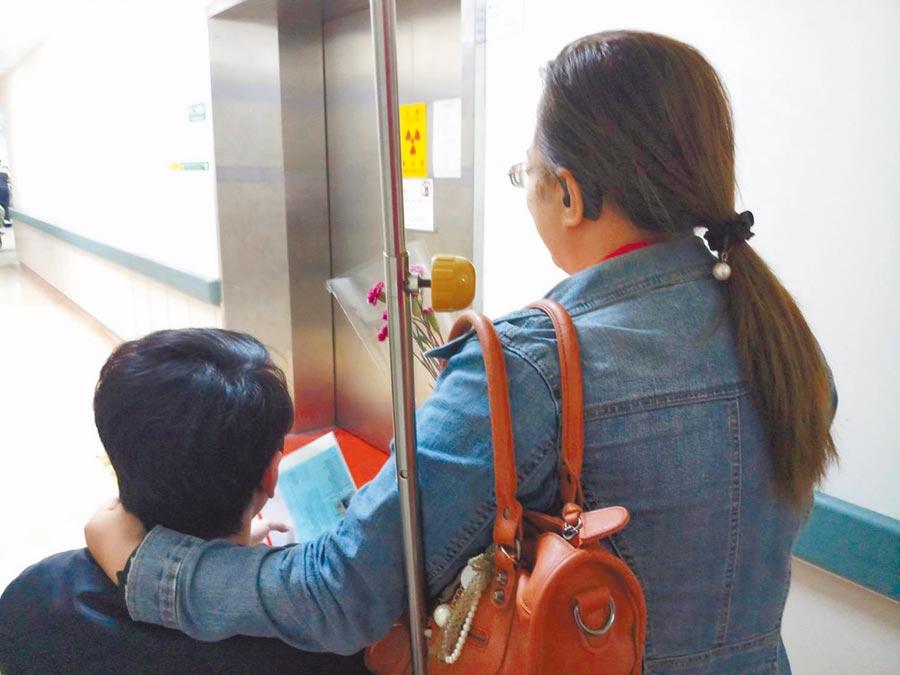 新竹市1名男子23年前被送做養子,日前透過戶政事務所找回生母。(徐養齡翻攝)