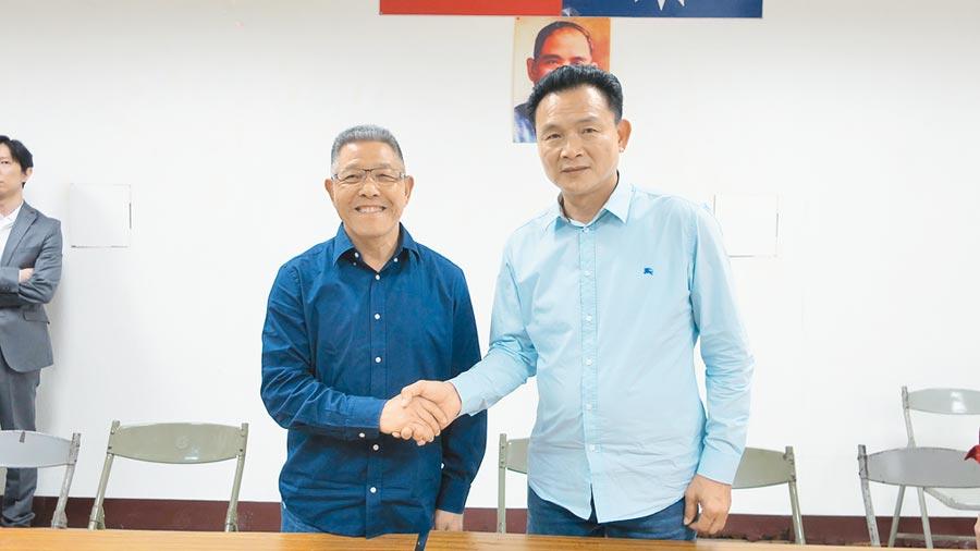 蕭景田(左起)、張錦昆兩人在確認初選結果後,展現君子風度,彼此握手相互道賀、祝福。(謝瓊雲攝)