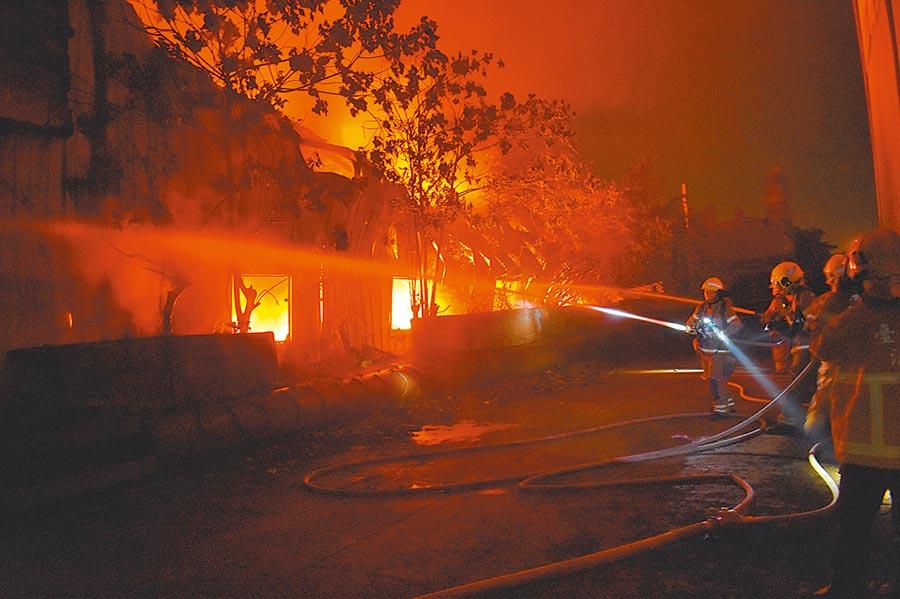 台南新營工業區一家工廠11日凌晨遇祝融,廠房冒出大量黑煙和火光。(劉秀芬翻攝)