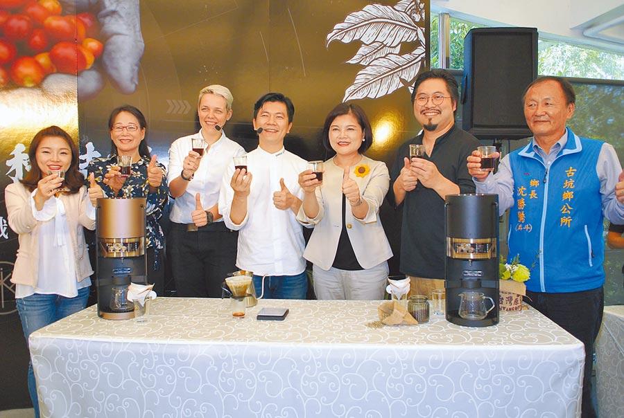 雲林縣長張麗善(右三)宣布縣府與iDrip智能咖啡合作,要讓古坑咖啡飄香全世界。(張朝欣攝)