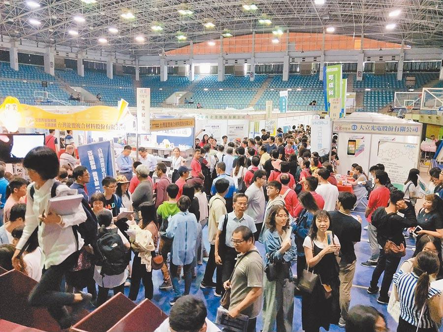 勞動部勞動力發展署雲嘉南分署在國立成功大學舉辦近年來雲嘉南地區最大一場大型就業博覽會,吸引大批民眾參加。(洪榮志攝)