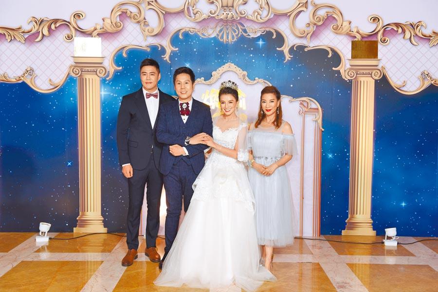 劉至翰(左)及楊繡惠(右)昨晚擔任楊煥喻(左二)與江泳錡的婚禮伴郎、伴娘。
