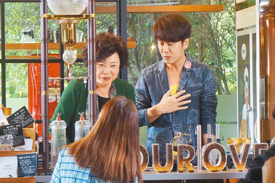 江志豐(右起)日前邀媽媽、姊姊龍千玉(背對)一同拍攝新歌MV。
