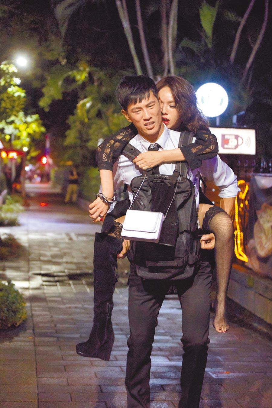 鍾承翰(前)劇中揹著醉酒的夏于喬,2人戲裡互動逼真。