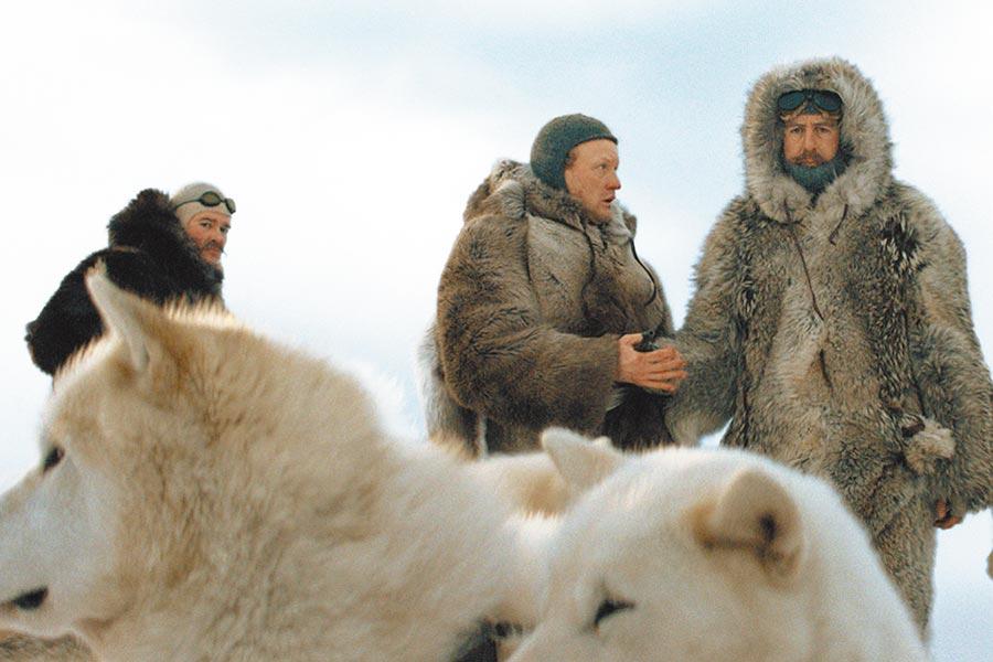 帕爾斯維爾哈根(右)飾演極地探險家阿蒙森。(采昌提供)