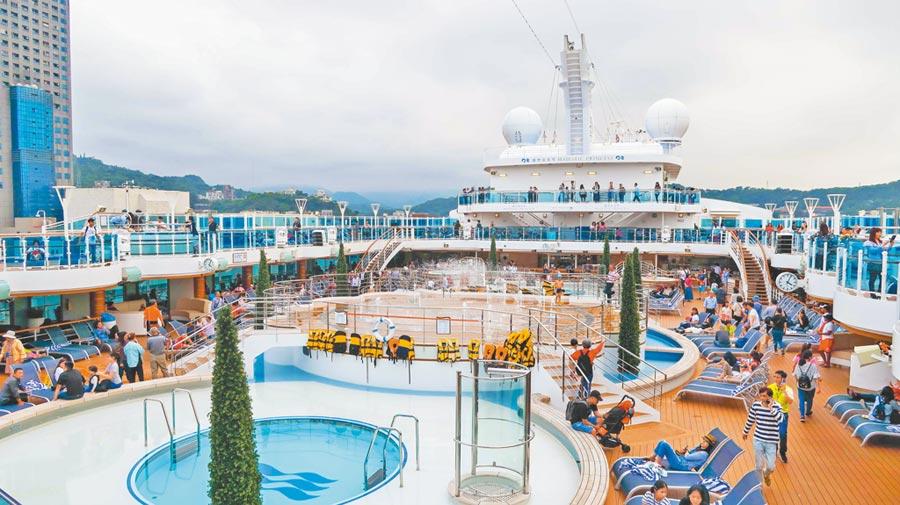 盛世公主號甲板上有泳池有日光浴等設備任遊客遊憩。(張雅琪攝)