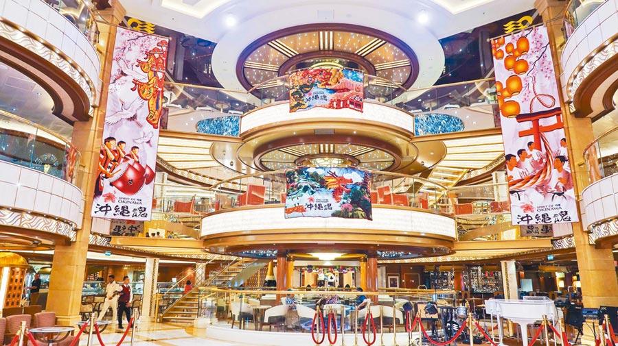 盛世公主號內就像大型的shopping mall一樣,各個樓層都有不一樣的特色可以逛。(張雅琪攝)