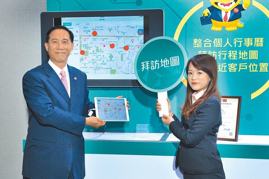 台灣人壽日前舉「智能手iKASH」上線記者會,由台灣人壽總經理莊中慶(左)展示這套全新上線APP亮點功能。。圖片提供台灣人壽