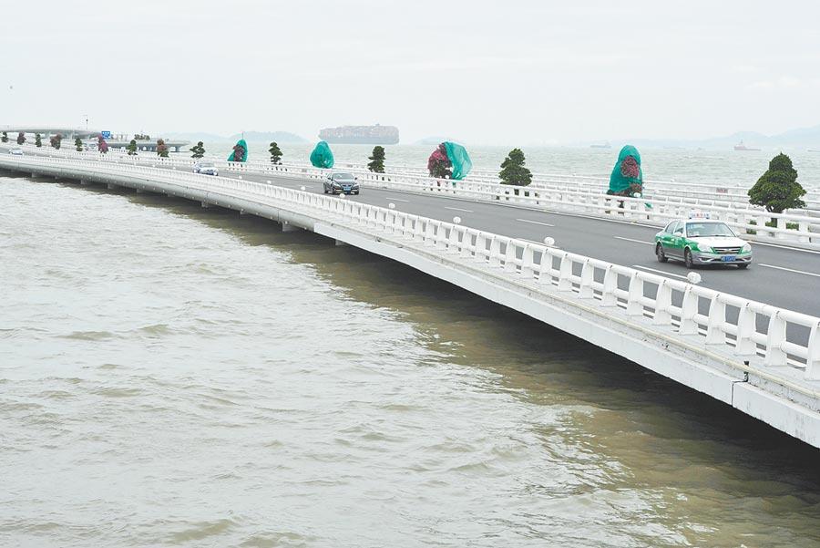 2017年8月23日,上漲的海水將廈門演武大橋一些橋墩淹沒,大橋上的車輛如貼海而行。(中新社)
