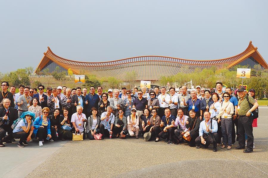 第四屆兩岸媒體人北京峰會的與會者11日造訪北京世園會,在中國館前大合照。(記者呂佳蓉攝)