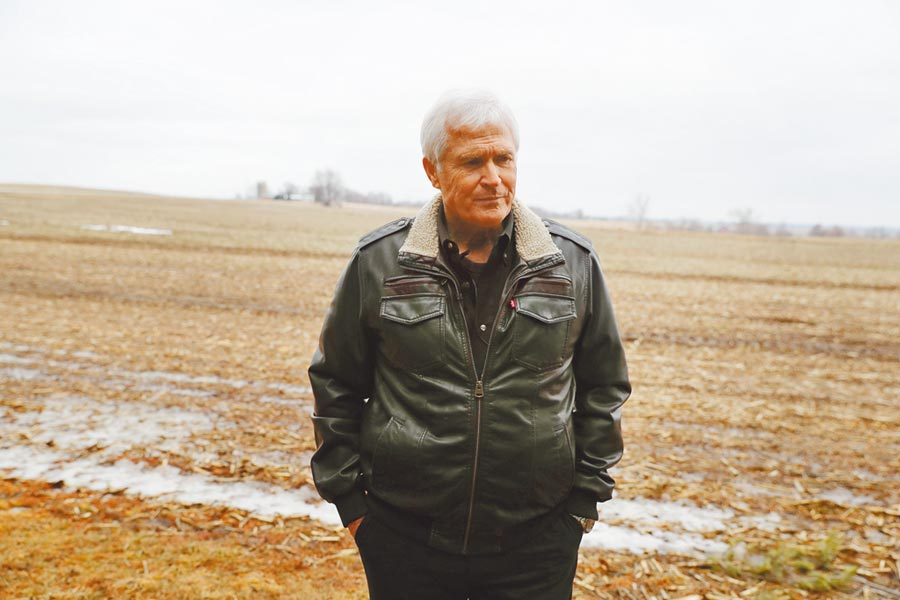 美國豆農擔心成為中美貿易摩擦的受害者。圖為美國愛荷華州一位豆農站在自家還未播種的農田上。(新華社資料照片)