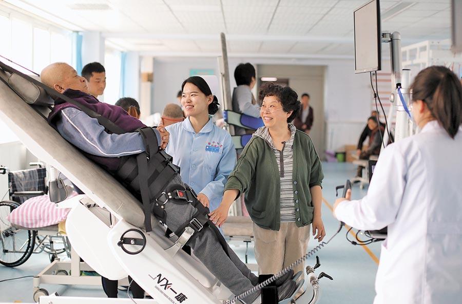 醫療養老是台商優勢產業。圖為河北省衡水市一家養老康復醫療中心,醫護人員為老人做復健。(新華社資料照片)