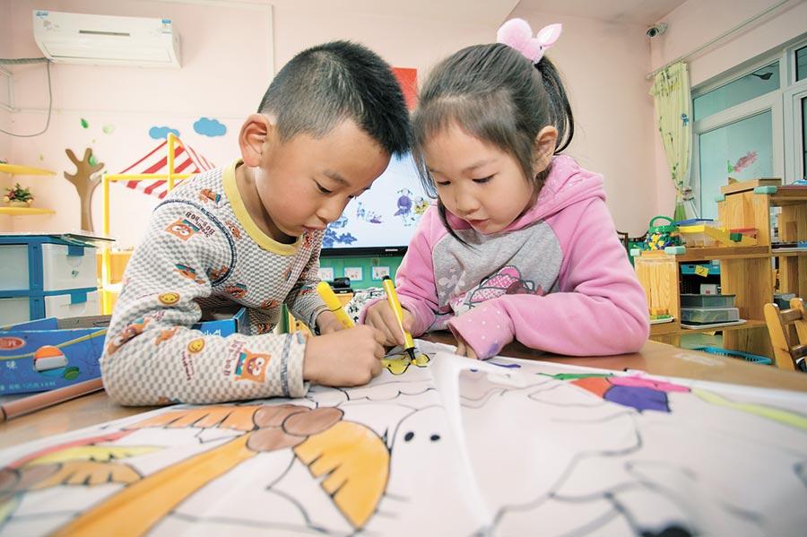 台商在教育相關領域如補習班與托兒所等有利基。圖為幼兒園小朋友們在畫風箏。(新華社資料照片)