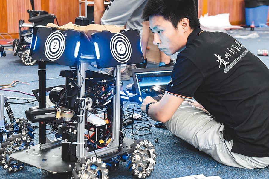 機甲大師賽2018賽季在廣東佛山拉開序幕,選手在賽前調試機器人。(中新社資料照片)