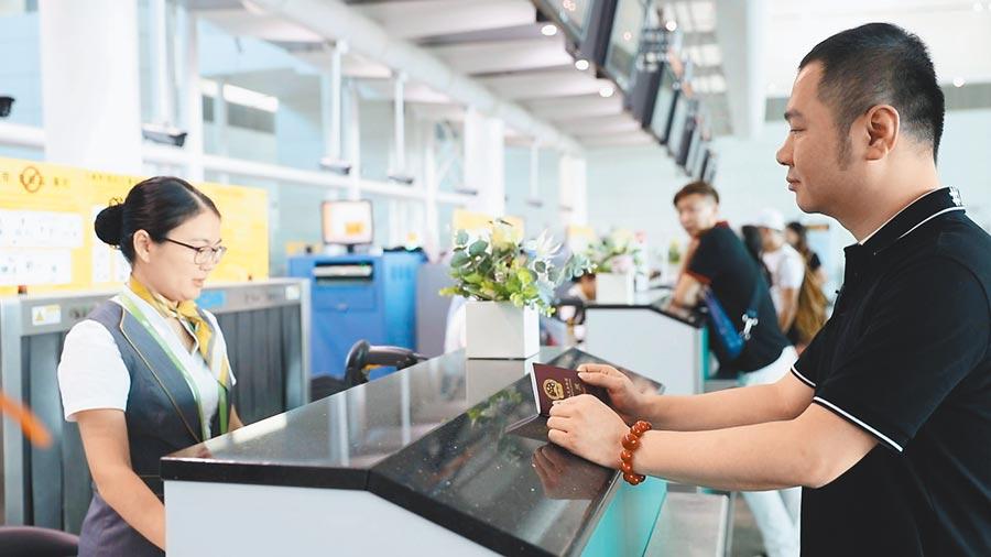 「一帶一路」架設「空中橋梁」,旅客在廣東揭陽潮汕國際機場辦理登機手續。(新華社)