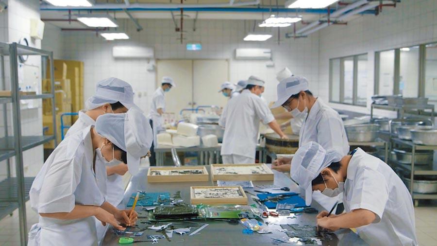 藝術家侯怡亭的《冷鍊》委託女子監獄自營作業工場代工製作成品。(台北市立美術館提供)
