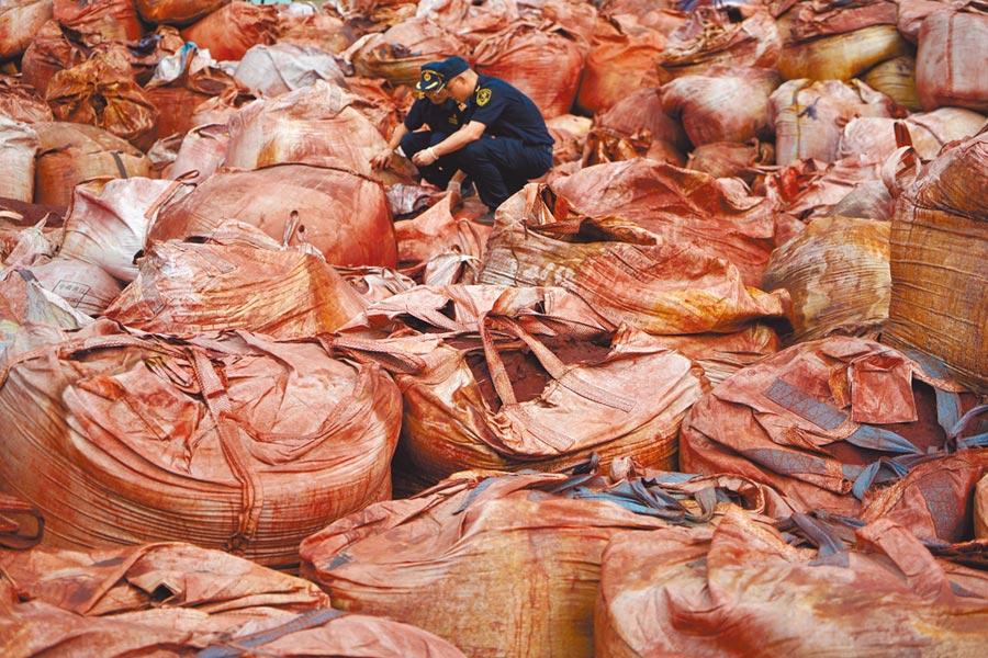 廣西南寧海關查獲一批洋垃圾。(中新社)