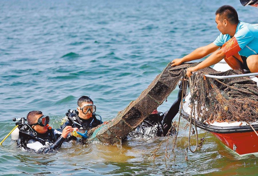 秦皇島清理海洋垃圾。(新華社)