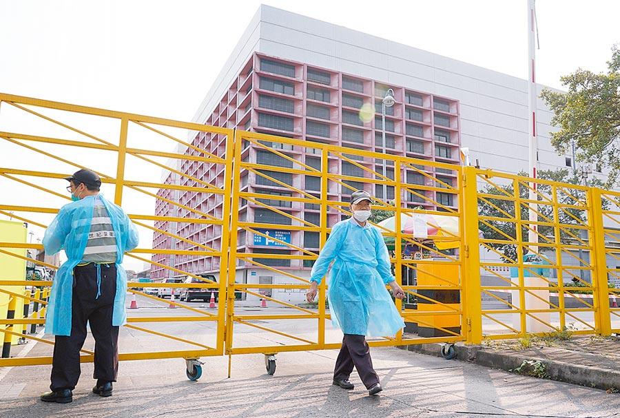 5月11日,被檢測出非洲豬瘟病毒的香港上水屠宰場大門緊閉,門衛都穿上防護服。(中新社)