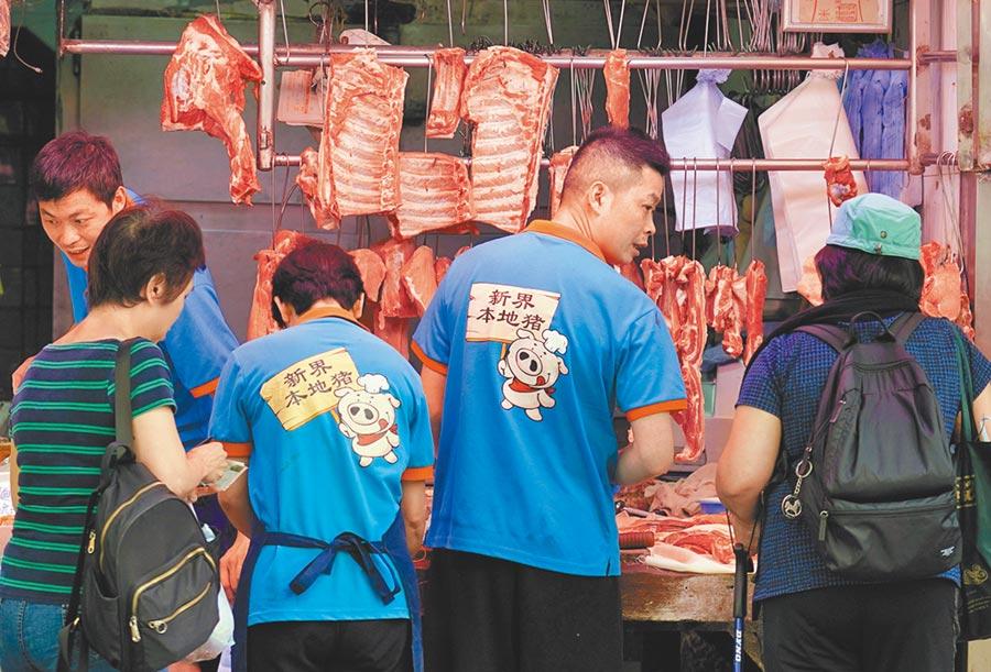 事隔8天,香港當局才驗出非洲豬瘟。圖為九龍城街市的豬肉鋪。(中新社資料照片)
