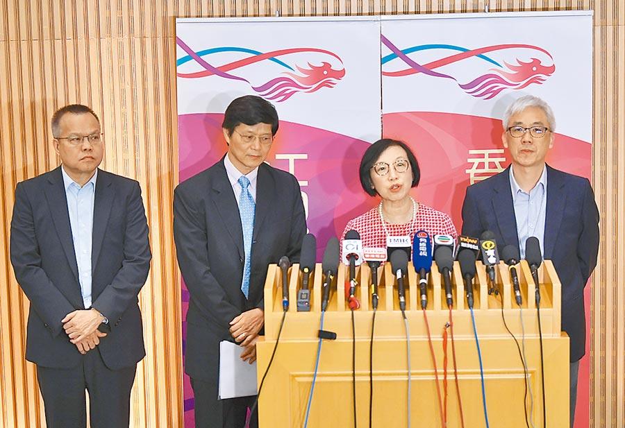 5月10日晚,香港特區政府食物及衛生局局長陳肇始(右二)召開記者會。(中新社)