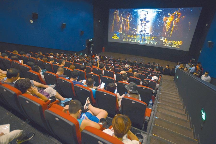 山西太原,民眾在電影院看電影。(中新社資料照片)