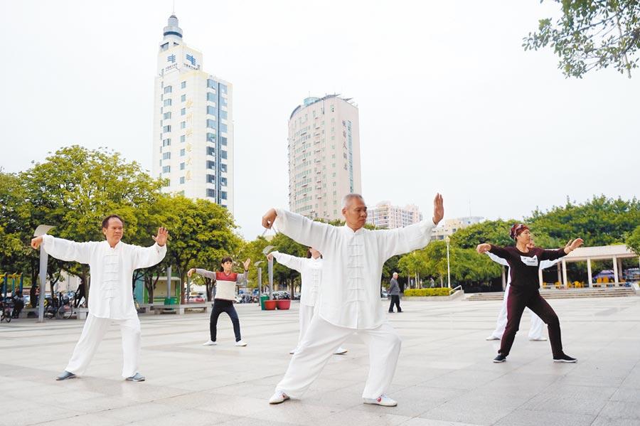 游泳、太極、散步等運動對哮喘病人有益。圖為晨運民眾打太極拳。(新華社資料照片)