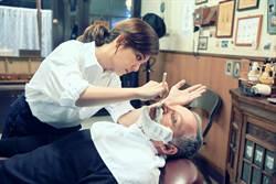 梁靜茹邊刮鬍子邊用俄文說「我愛你」 當理容師大不易