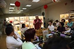 小英參觀台灣玻璃館 中午用餐時得到一座「總統府」