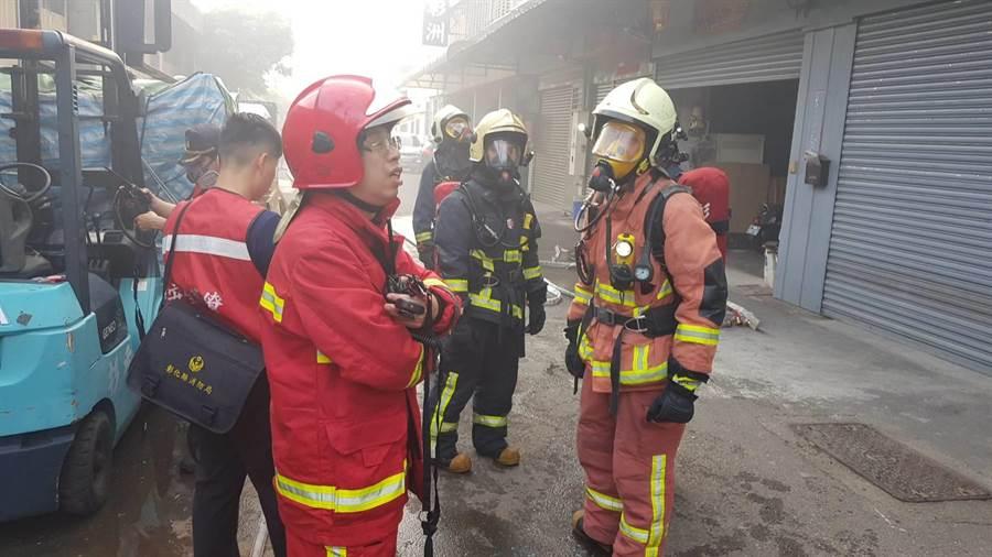 消防人員獲報後到場發現疑似有人受困。(謝瓊雲翻攝)