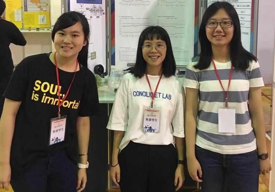 聖功女中3位女學生方虹瑤(中)、林盈蓁(左)、鄭年潔(右)實驗口罩隔絕功能,成果獲高中科展優等。(聖功女中提供)