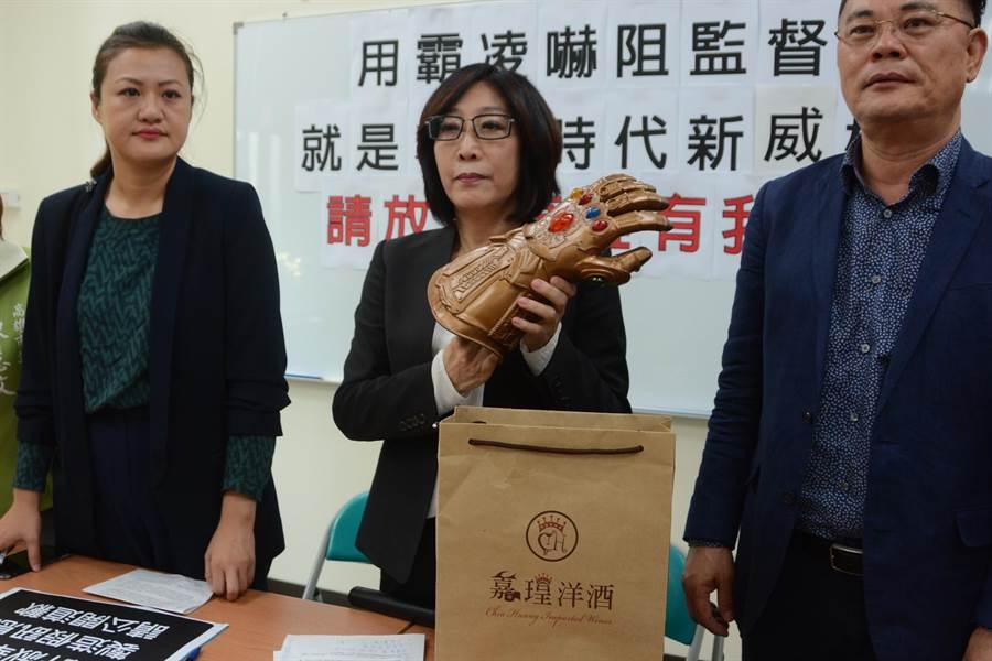 民进党高市议员康裕成拿出当天的纸袋、玩具手套,强调她没打算向韩国瑜砸派,要求许淑华、郑世维道歉。(林宏聪摄)