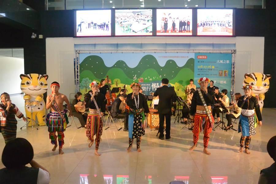 慢城音樂會透過傳源文化藝術團的歌聲與舞蹈展現三義與南庄之美。(巫靜婷攝)