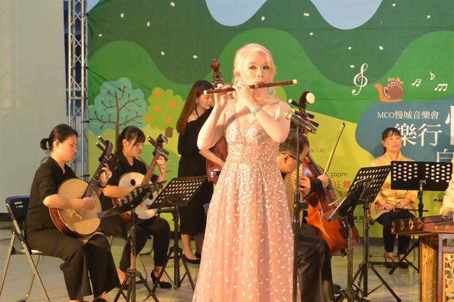 白化症青年笛子演奏家繆沁琳演出協奏曲。(巫靜婷攝)