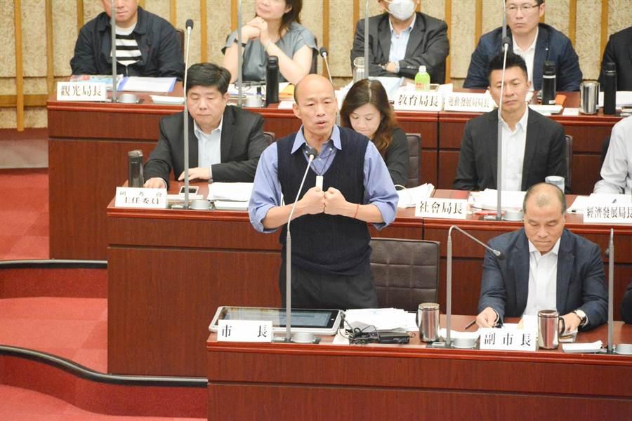 高市議員林智鴻準備2、30個題目,一一要求市長韓國瑜回答,但因內容都是細節,韓國瑜認為是刻意刁難,給市長難看,直接嗆聲「我每題都答『高雄發大財』!」(林宏聰攝)
