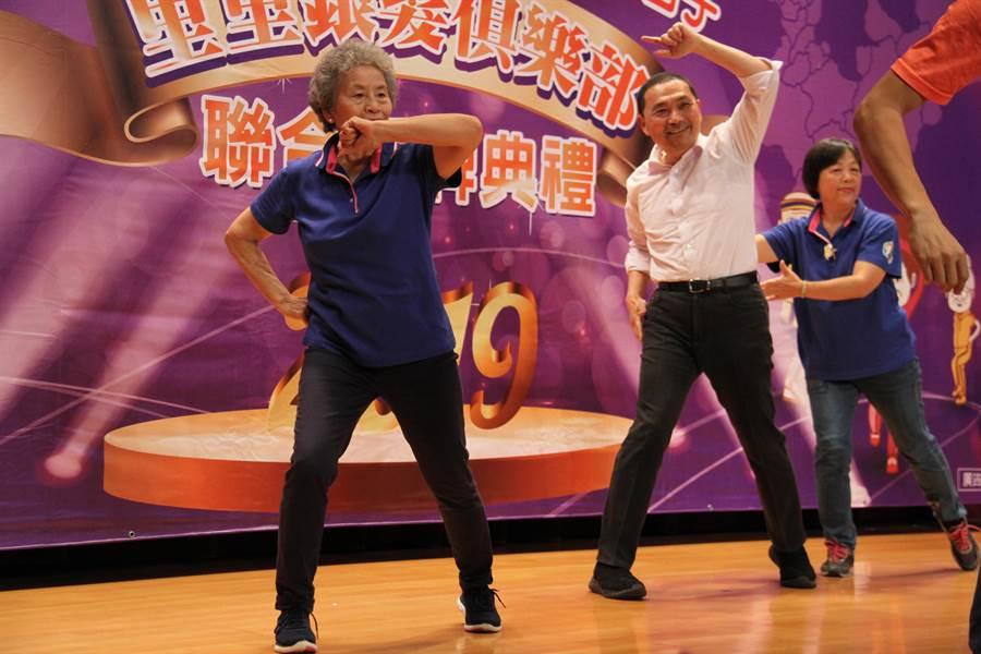 侯友宜與銀髮俱樂部長輩跳舞動健康。(譚宇哲攝)