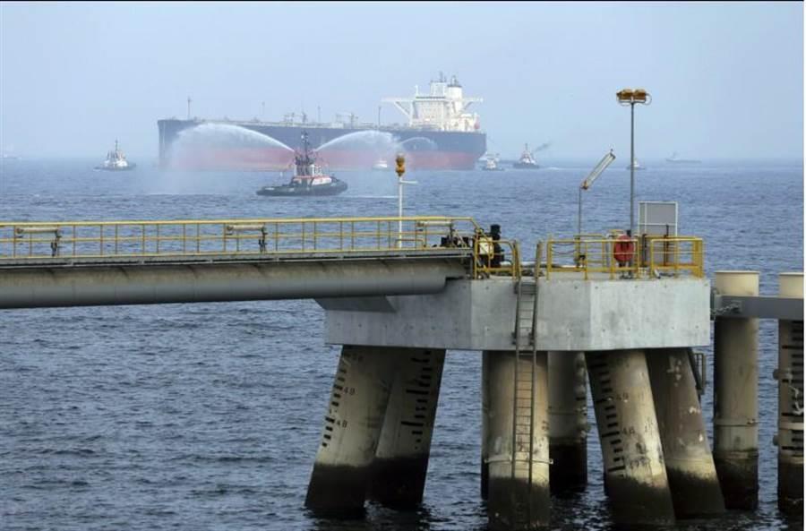 1艘油輪在阿拉伯聯合大公國外海的檔案照。(美聯社)