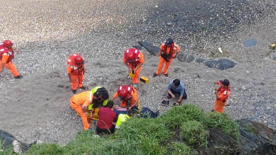林姓女子不慎跌落30公尺深的懸崖,經宜蘭縣消防局、海巡署等單位聯手救援,將林女送往醫院治療。(李忠一翻攝照片)