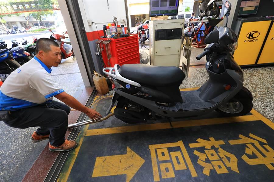 台中市環保局為提升機車排氣定檢率,鼓勵機車行業者設立排氣檢驗站,協助民眾改善機車排氣汙染奏效。(盧金足攝)
