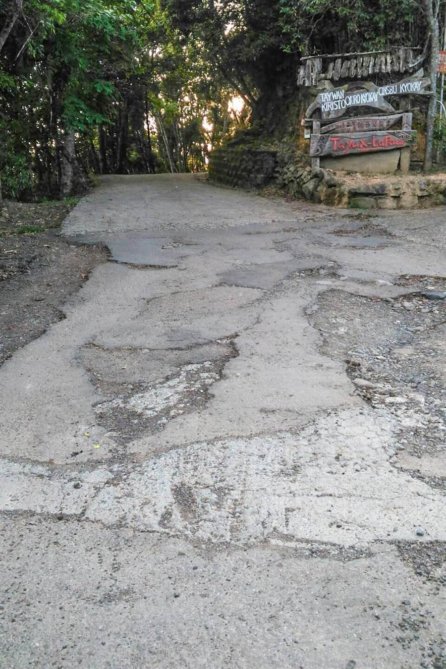 縣議員劉建民說秀巒村鎮西堡教會前聯絡道路將剩「山羌山羊才能走!」(羅浚濱翻攝)