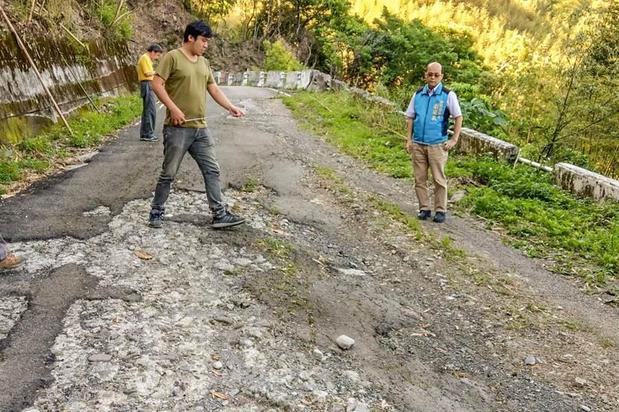 縣議員劉建民(右)稱車輛駛過玉峰村李埔聯結道路後就要「大保養」。(羅浚濱翻攝)