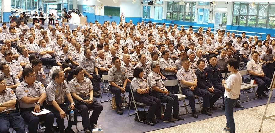 新北市新店警分局為強化義警人員協勤知能及培養工作默契,舉辦2019年義警中隊基本訓練。(葉書宏翻攝)