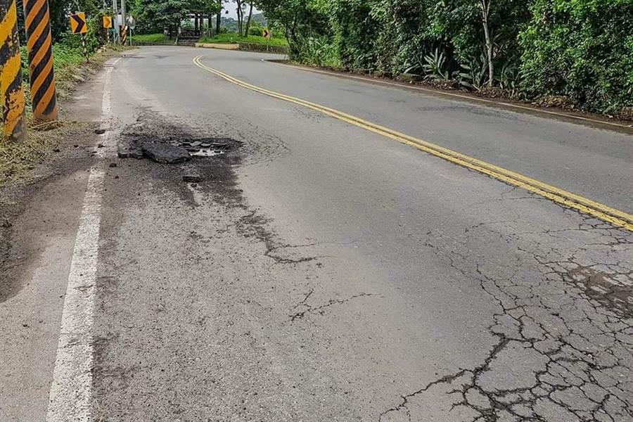 寶山鄉三峰村路面被砂車車重輾破損。(圖取自「我是寶山人」臉書)