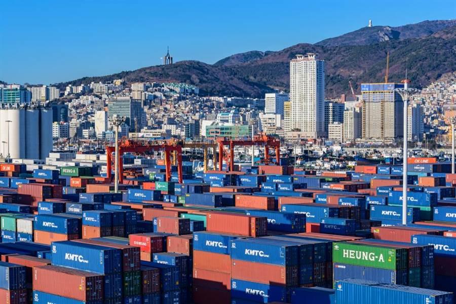 韓國《東亞日報》指出,如果陸美談判未有結果,韓國出口將直接受到衝擊。圖為韓國釜山港貨櫃堆放的情形。(圖/shutterstock)