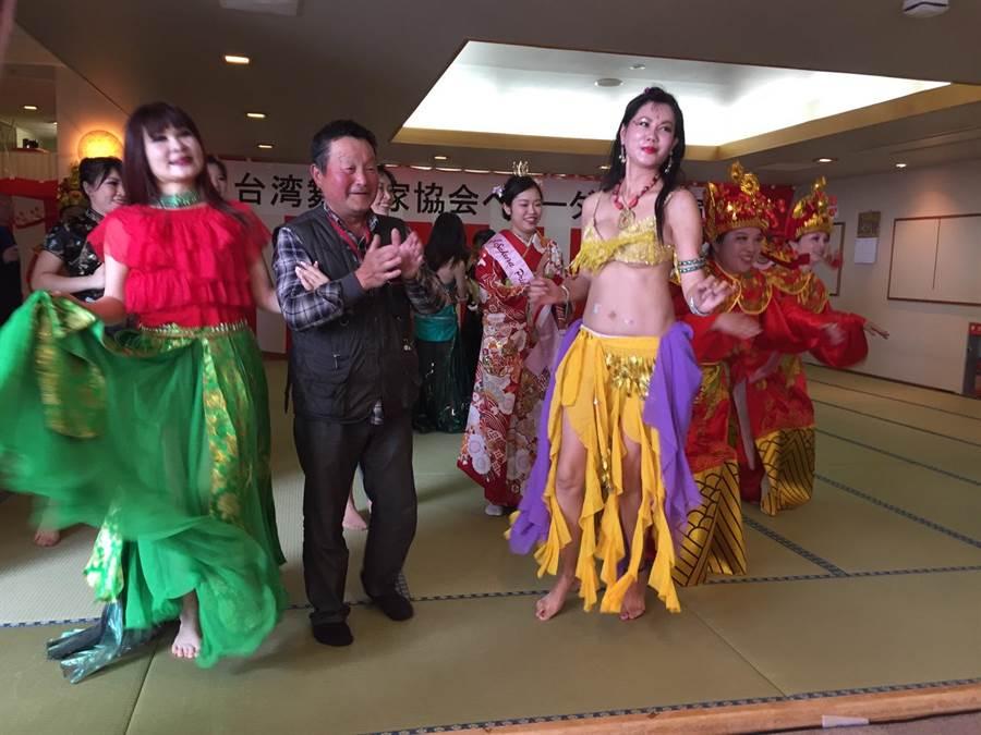 此行中台湾舞蹈家但也带着子弟兵参与北盐原村樱花祭开幕表演,在表演最后台湾舞者邀请在场日本贵宾一起上台同乐。