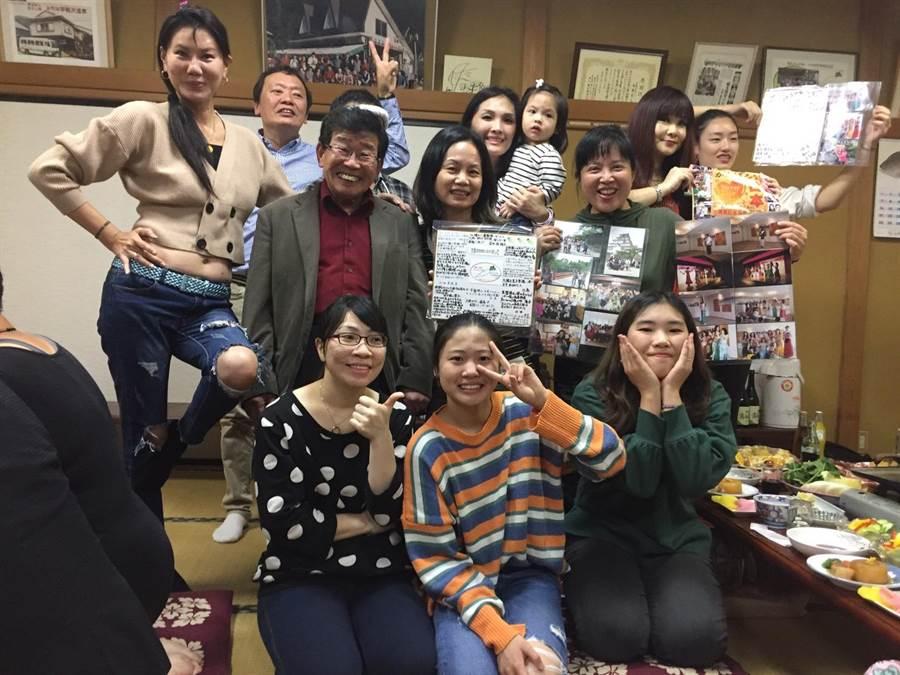 故地重游,台湾舞蹈家们也入住当年曾住宿的远藤温泉民宿,看到民宿主人还存留当年他们义演时的合照与报导,感动不已。