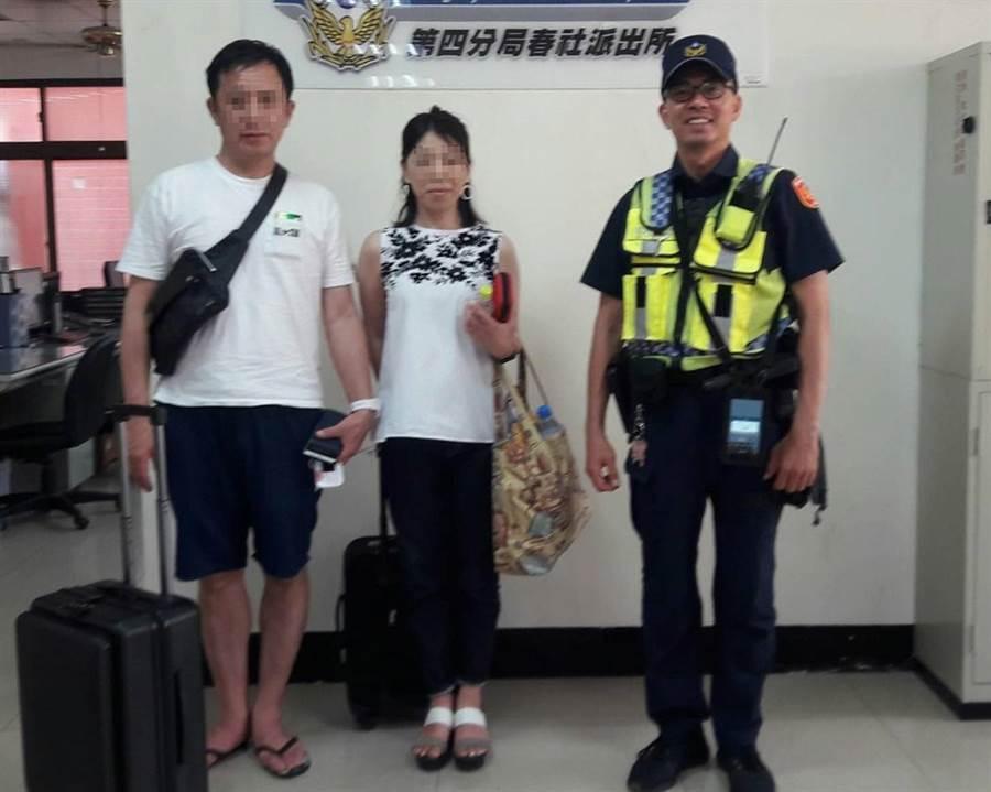 日籍坂倉夫婦,來台中自助旅行時,遺失手機,員警循線找到手機,讓夫婦倆非常感謝。(黃國峰翻攝)