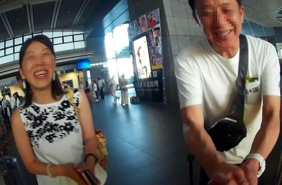 幫助日籍坂倉夫婦尋回手機,夫婦倆感激得頻頻說「阿里嗄多狗在依嘛絲」。(黃國峰翻攝)